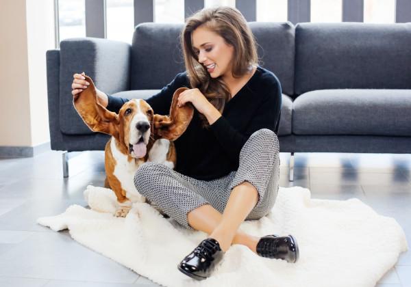femme avec chaussures hush puppies et chien